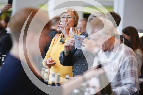 Besucher bei der Weinprobe
