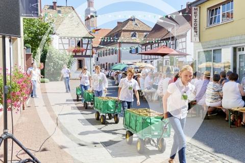 Kinder ziehen Flaschenwagen