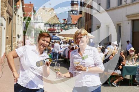 Helfer der Rheinhessentafel beim Weinausschank