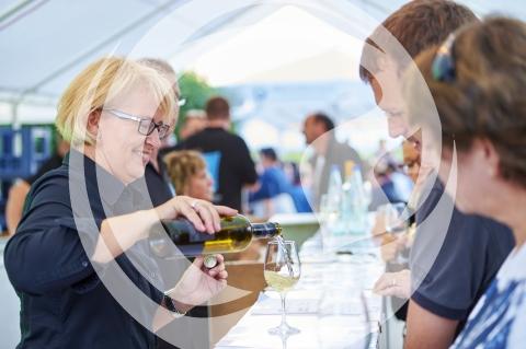 Winzerin bei der Weinberatung