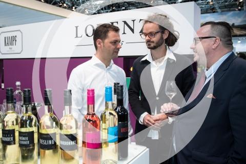 Staatssekretär Andy Becht am Stand Weingut Lorenz