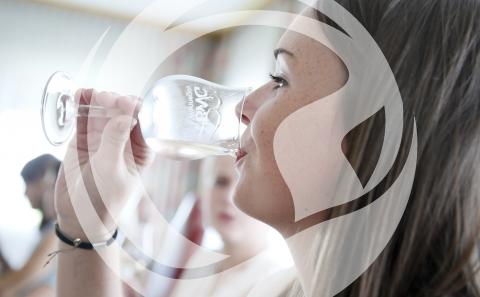Jasmin Breitenbach bei der Weinprobe