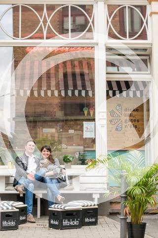 Besucher vor Eisladen Dicke Lilli, gutes N eis