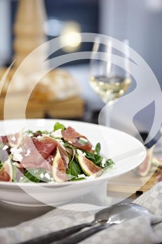 Salat mit frischen Feigen, Rohschinken und Ziegenfrischkäse