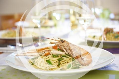 Spaghetti mit Scampi und Thymianbröseln