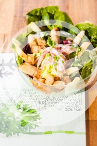 Sommersalat mit Ofenspargel und Croutons