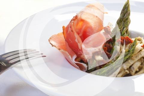 Silvanerkräuter Nudelnest mit Spargelspitzen und Jambon de Mayence