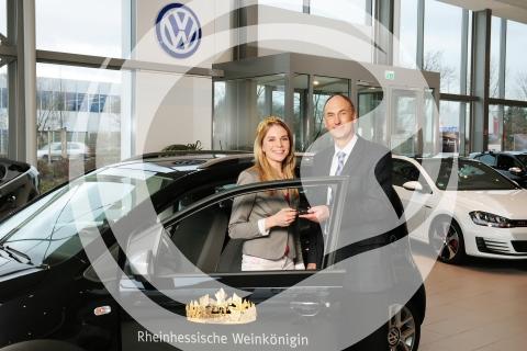 Schlüsselübergabe für Dienstwagen an Judith Dorst