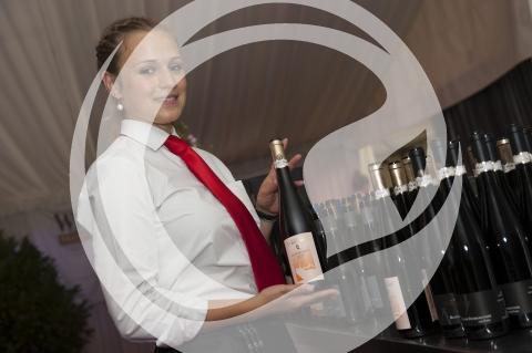 Kellnerin mit Selectionswein