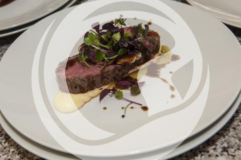 Dry Aged Beef mit fermentierter Knoblauch-Jus und Rosmarin-Kartoffelcreme