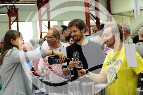 Anika Hattemer mit Besucher auf dem Weinforum Rheinhessen