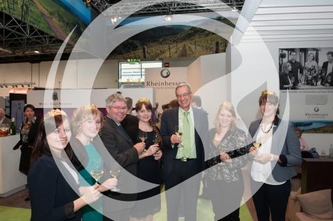 rheinhessische Weinmajestaeten 2014/2015 mit Weinstaatssekretär Dr. Griese am Stand auf der Messe Prowein 2015