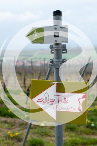 Wegweiser Trullo in Flammen - Weinfest ausgezeichnet
