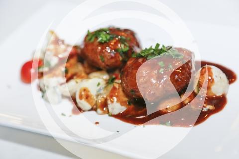 Frikadellen vom Kalb auf Senf-Gurken-Kartoffel-Salat