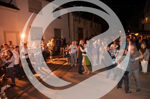 Tanz auf der Festmeile beim Lichterfest