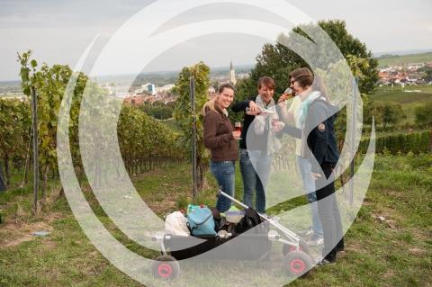 Weinfestbesucher mit Bollerwagen