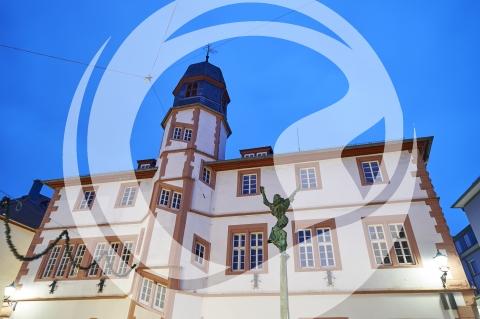 Altes Rathaus Alzey mit Skulptur Volker von Alzey