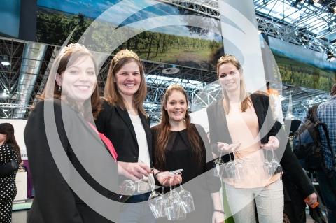 rheinhessische Weinmajestäten bei der Gläserverteilung