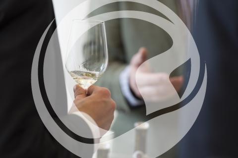 Besucher mit Weinglas