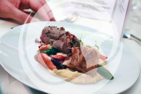 Filet und Bauch von der alten Wutz mit Steckrübe, Gemüse, geräuchertem Schinken uind Büffelparmesan