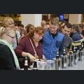Besucher schenken Wein ein