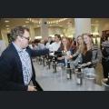 Alexander Flick schenkt Besucher Wein ein