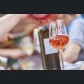 Wein ausschenken