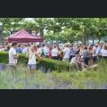 Junge Leute beim Weingenuss