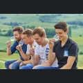 Junge Winzer beim Weingenuss
