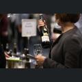 Besucher bei der Weinverkostung