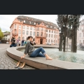 Besucher am Fastnachtsbrunnen