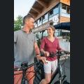 Bootshaus Mainz mit Radfahrern