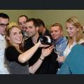 Judith Dorst schenkt Sekt an die Besucher des Weinforums aus