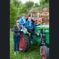 Rheinhessische Weinmajestäten 2014/2015 auf einem Oldtimer-Traktor