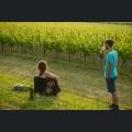 junge Weinfestbesucher genießen den Sonnenuntergang