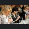 Sommeliers bei der Weinprobe