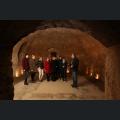 Josef Voelker erklärt den Weinmajestäten den Keller des Weinhauses Völker in Oppenheim