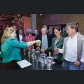 Isabelle Willersinn beim Wein ausschenken an die Gäste