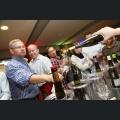 Winzer beim Wein ausschenken an die Gäste