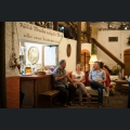 Besucher in einem Winzerhof