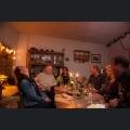 Besucher in einer Weingutsscheune