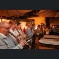 Musikverein spielt in einem Weingut