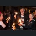 Besucher mit Wunderkerzen beim Lichterfest