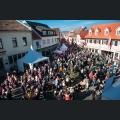 Weinfestbesucher auf dem Marktplatz