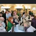 Besucher bei der Weinausgabe