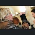 Besucher beim Weingenuss