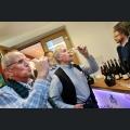Gäste bei der Weinprobe