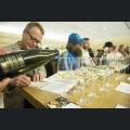 Wein einschenken während Workshop