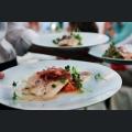 Marinierte Bachforelle mit Bohnen-Tomatensalat, Vanillevinaigrette und karamellisierter Zwiebel